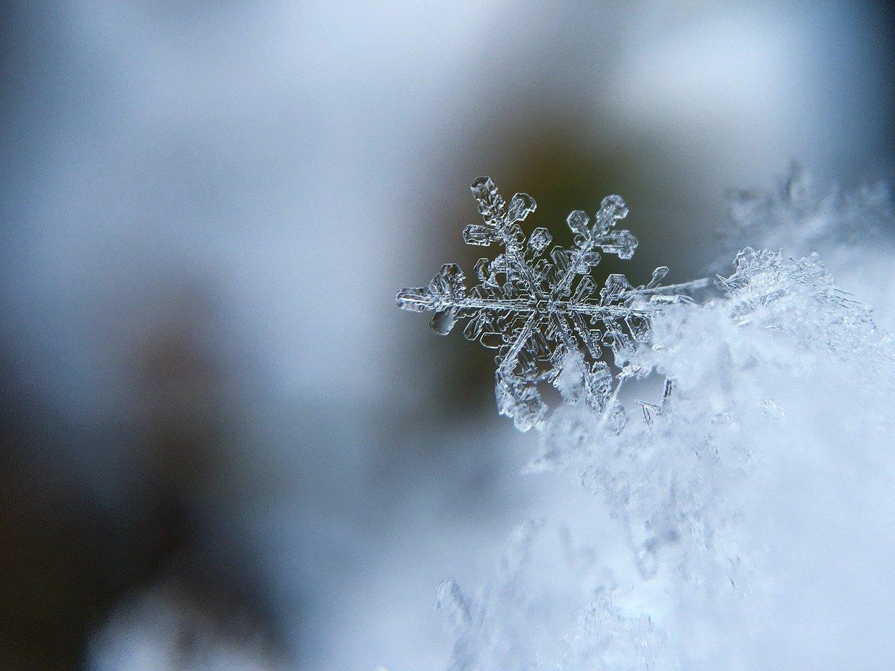 Снег с крыши упал на голову ребенку на Южном Урале