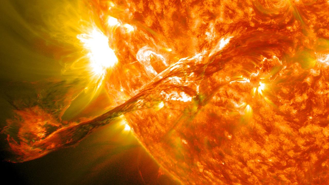 Магнитные бури 2021: пятна на Солнце размером с планету заметили ученые