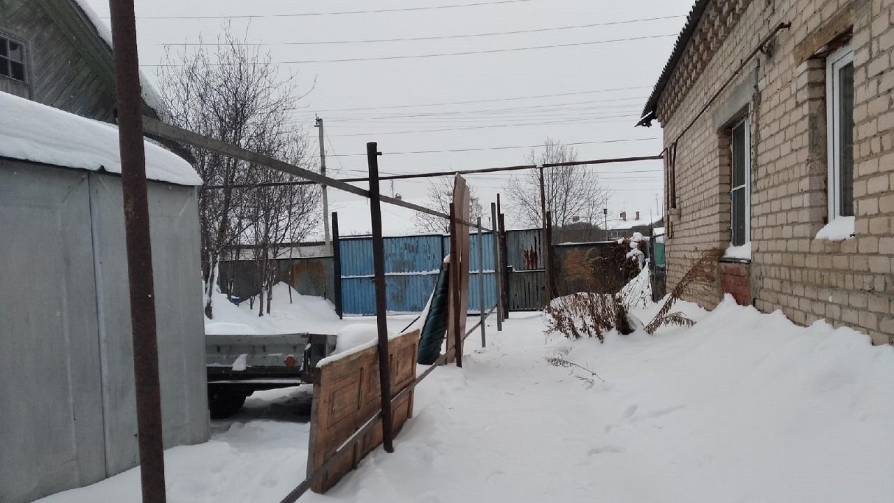 Двор раздора: в Челябинской области соседи воюют из-за забора