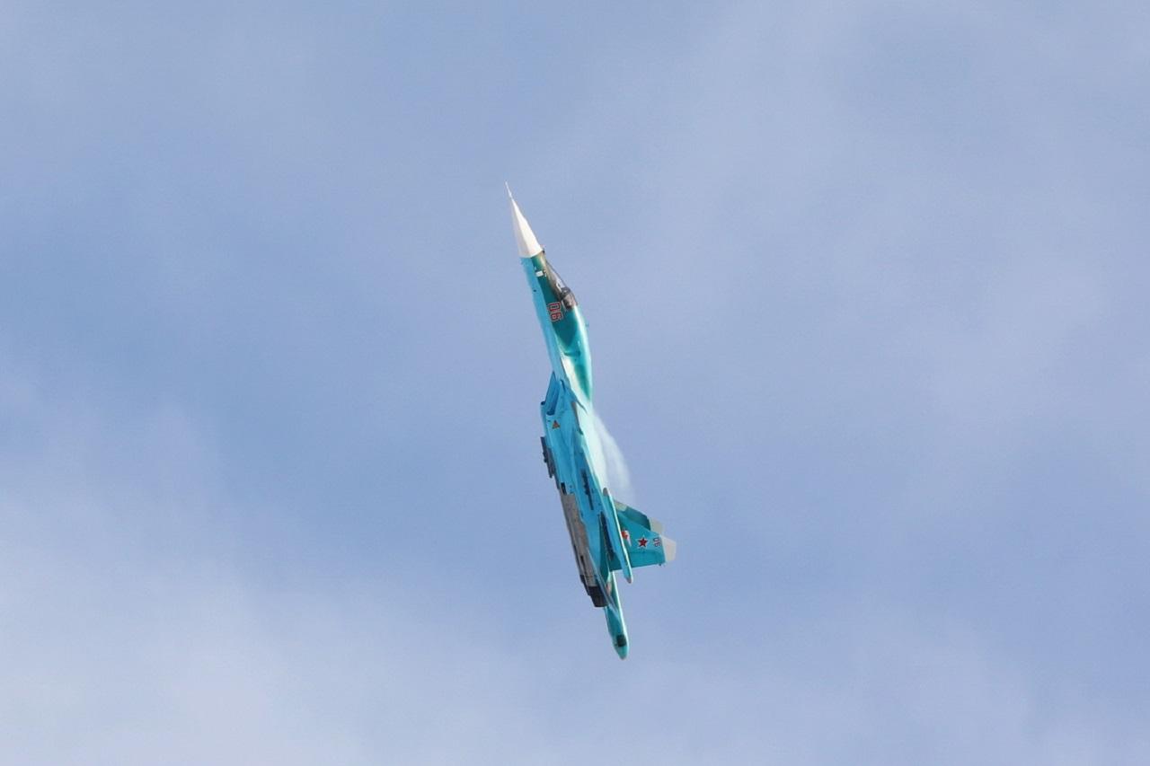 Летчики-истребители отработали фигуры высшего пилотажа в небе над Челябинском ВИДЕО