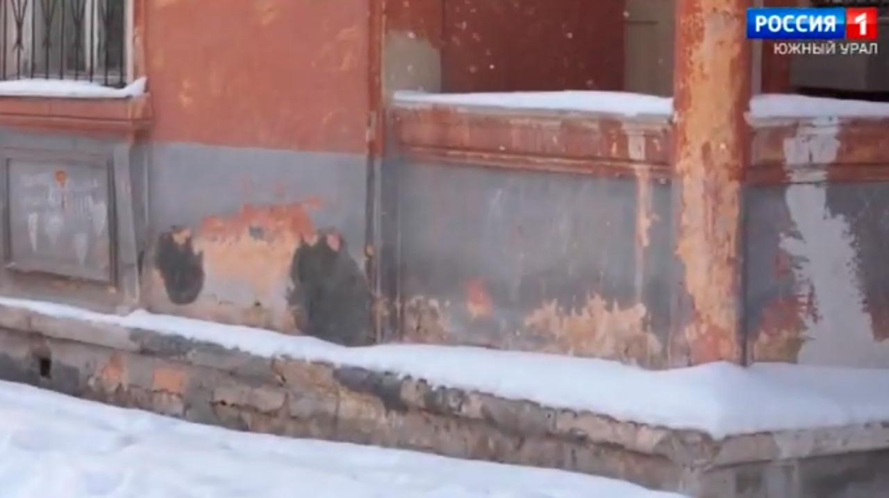Коммунальный кошмар: в центре Челябинска разрушается многоквартирный дом