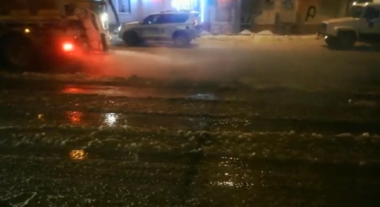 Дорога в Челябинске превратилась в каток из-за разлива воды ВИДЕО