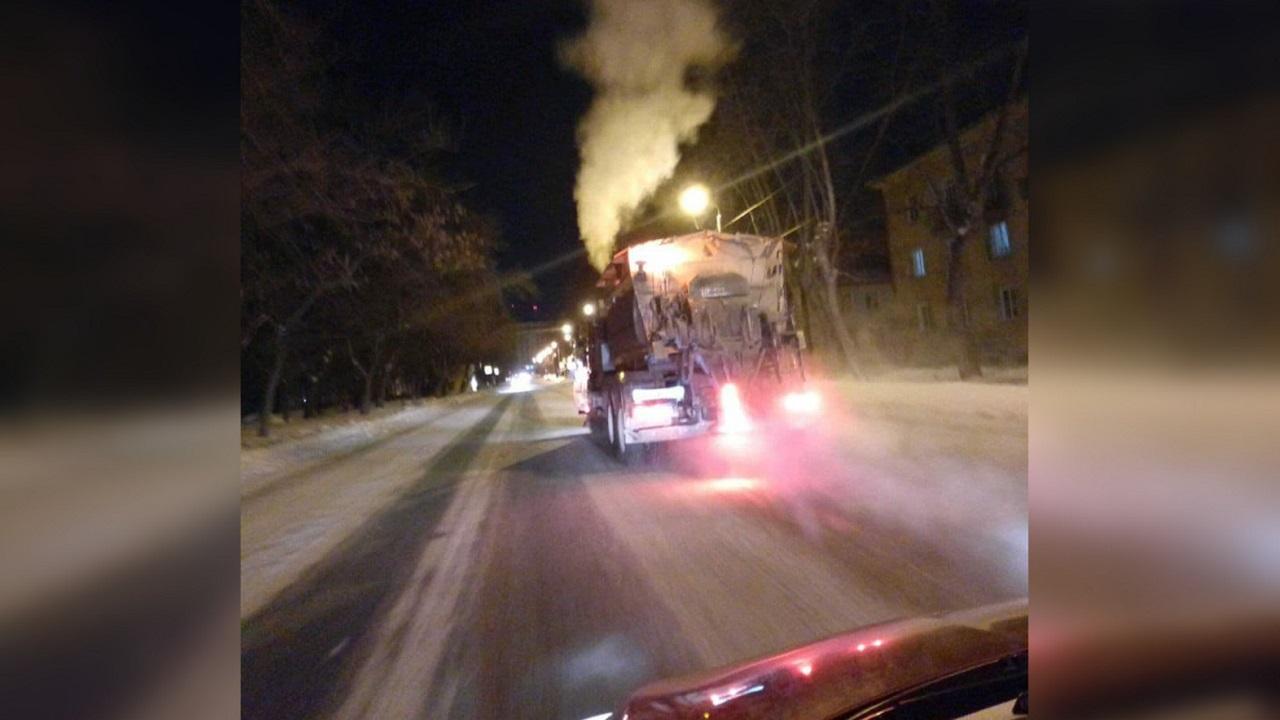 Большой каток: дорога в Челябинске заледенела из-за коммунальной аварии