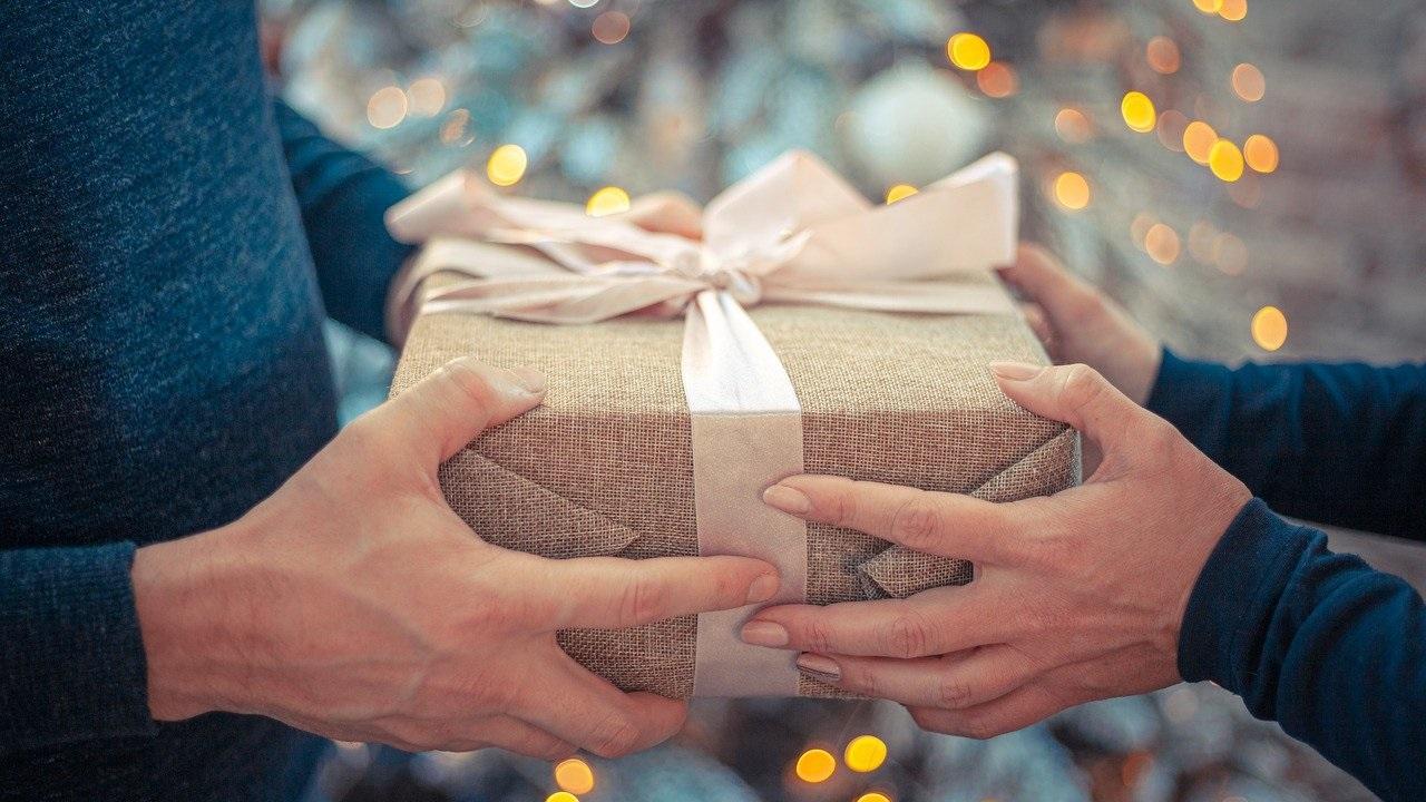 14 февраля: история праздника и что подарить любимым