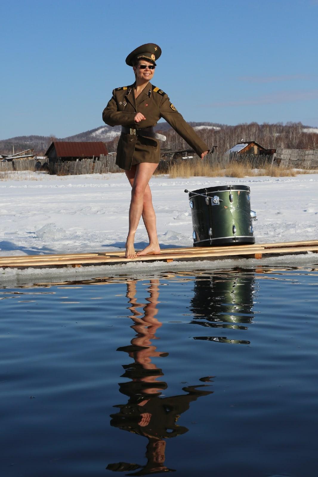 Уральские «моржи» устроили ледяную фотосессию в честь 23 февраля