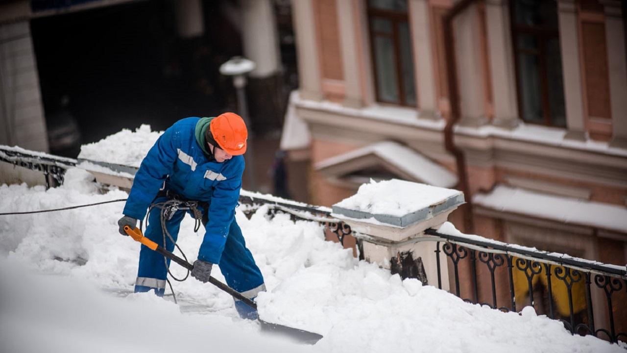 Опасные сосульки: как чистят крыши в Челябинске