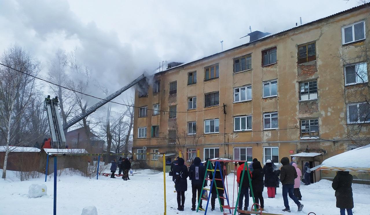 В Челябинске в многоэтажном доме произошел пожар, пострадал мужчина ВИДЕО