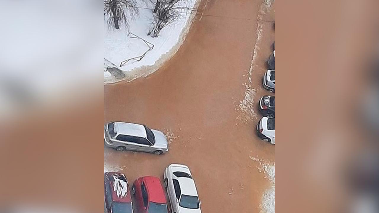 Машины в рыжей воде: в Челябинске затопило дороги в микрорайоне