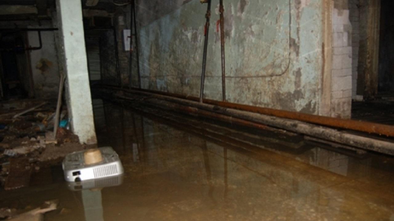 «Вонь до пятого этажа». В жилом доме на Южном Урале прорвало канализацию