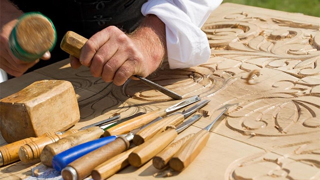 Иконы и фантастика: уральский мастер создает шедевры из дерева