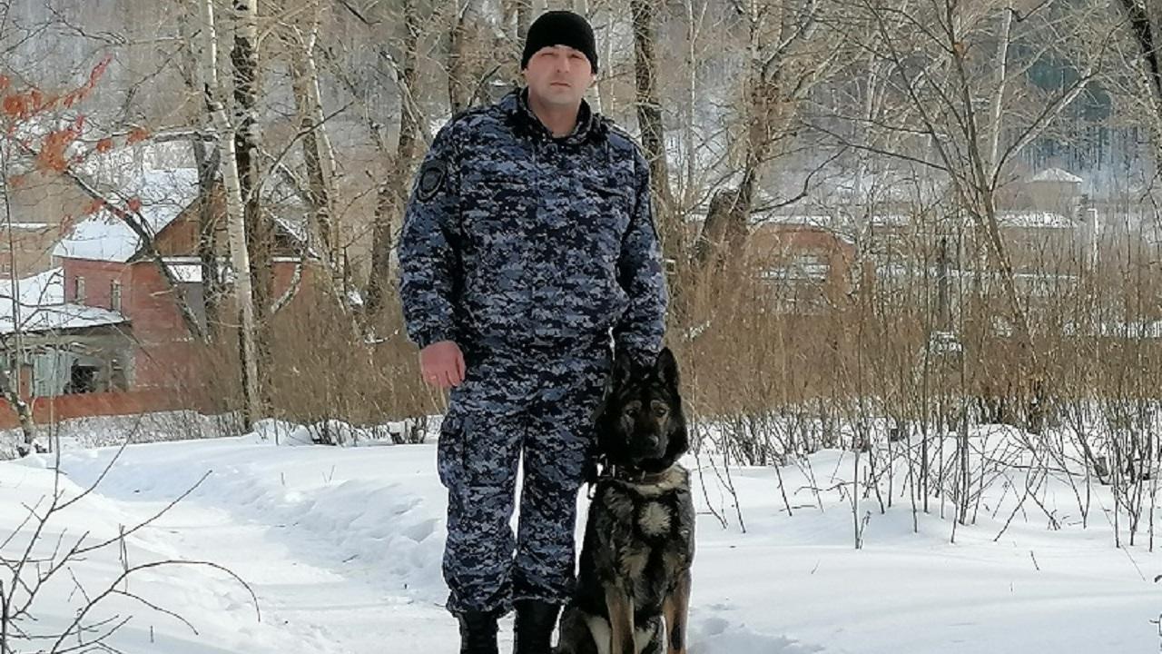 В Челябинской области кинолог спас замерзающего пса