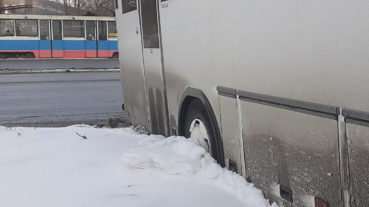 В Челябинской области автобус с детьми слетел с дороги
