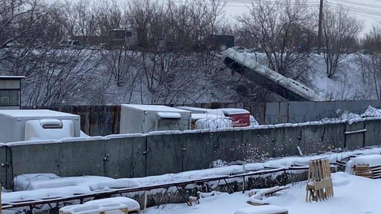 В Челябинске автобус с пассажирами улетел с моста после аварии