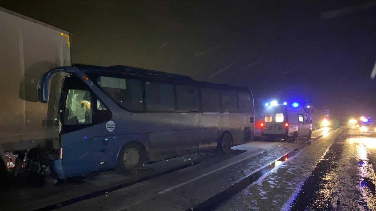 На трассе М5 в аварии с фурами и автобусом погибли двое: видео с места ДТП
