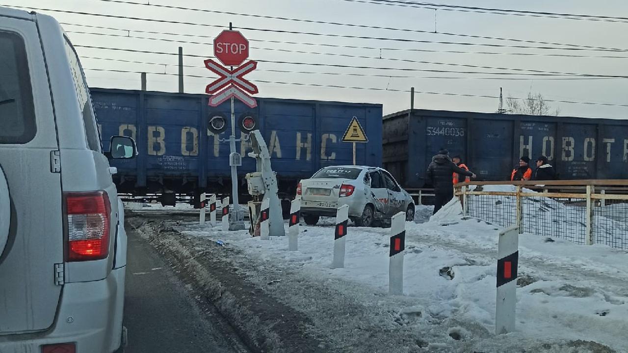 Автомобиль всмятку: легковушка попала под поезд в Челябинске ВИДЕО