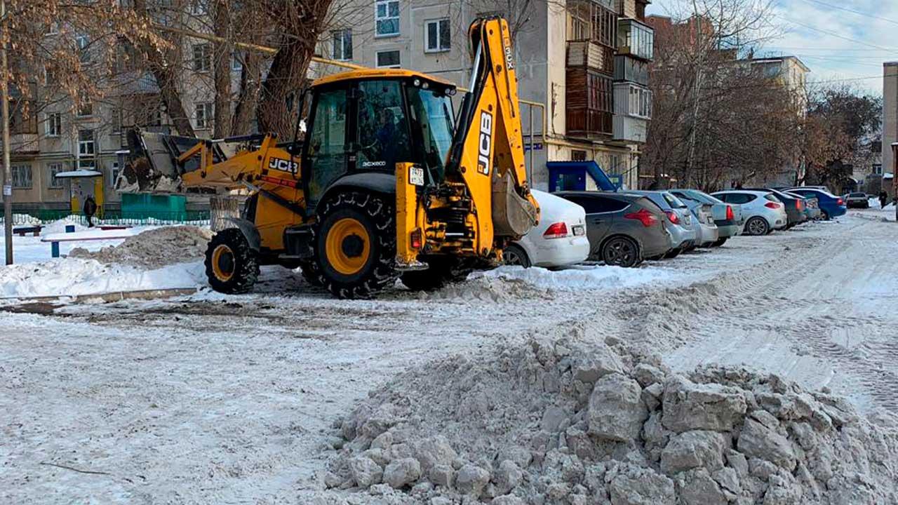 «Начнет таять — поплывем»: когда из дворов в Челябинске вывезут снег