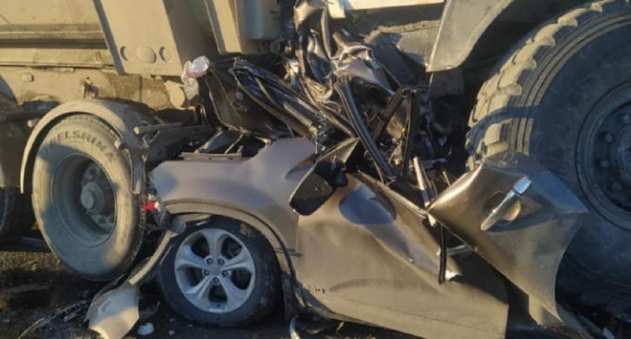 Железное месиво: грузовик раздавил легковушку в Челябинской области
