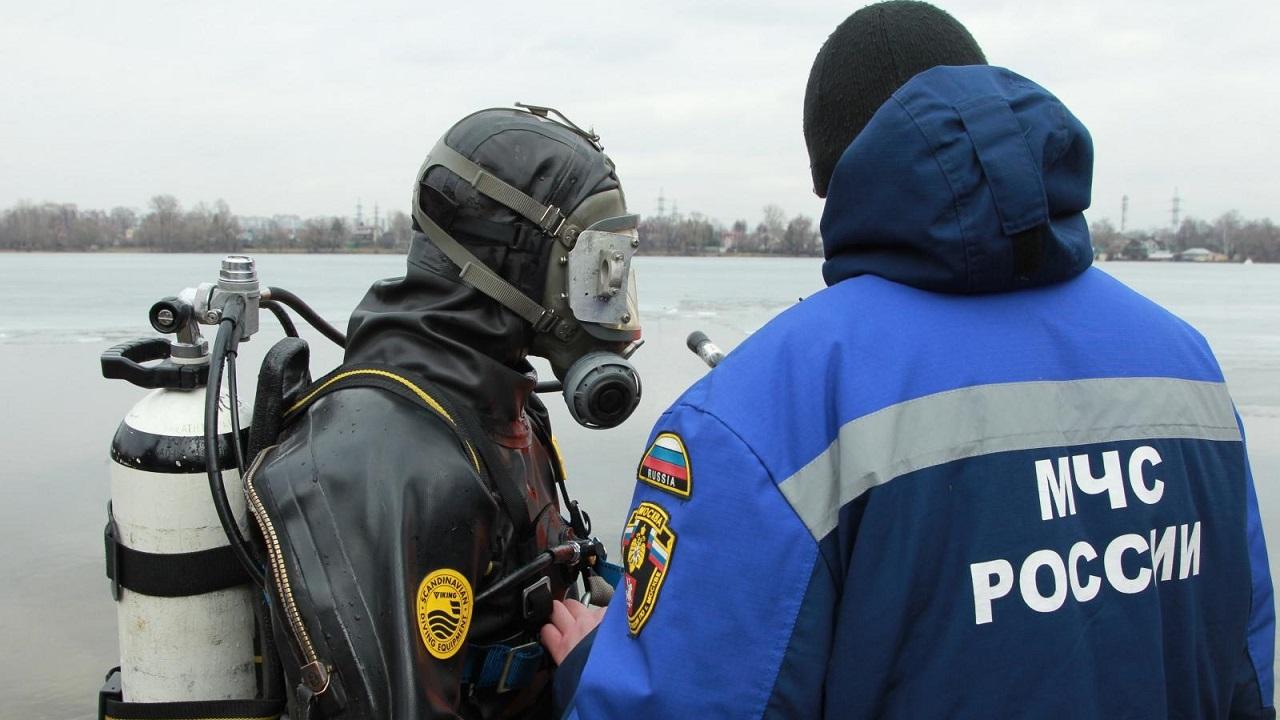 Учения с погружением: как водолазы в Челябинской области искали под водой клад