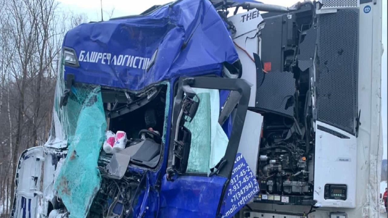 Расплющило кабины: 2 фуры попали в смертельное ДТП на трассе М5 в Челябинской области