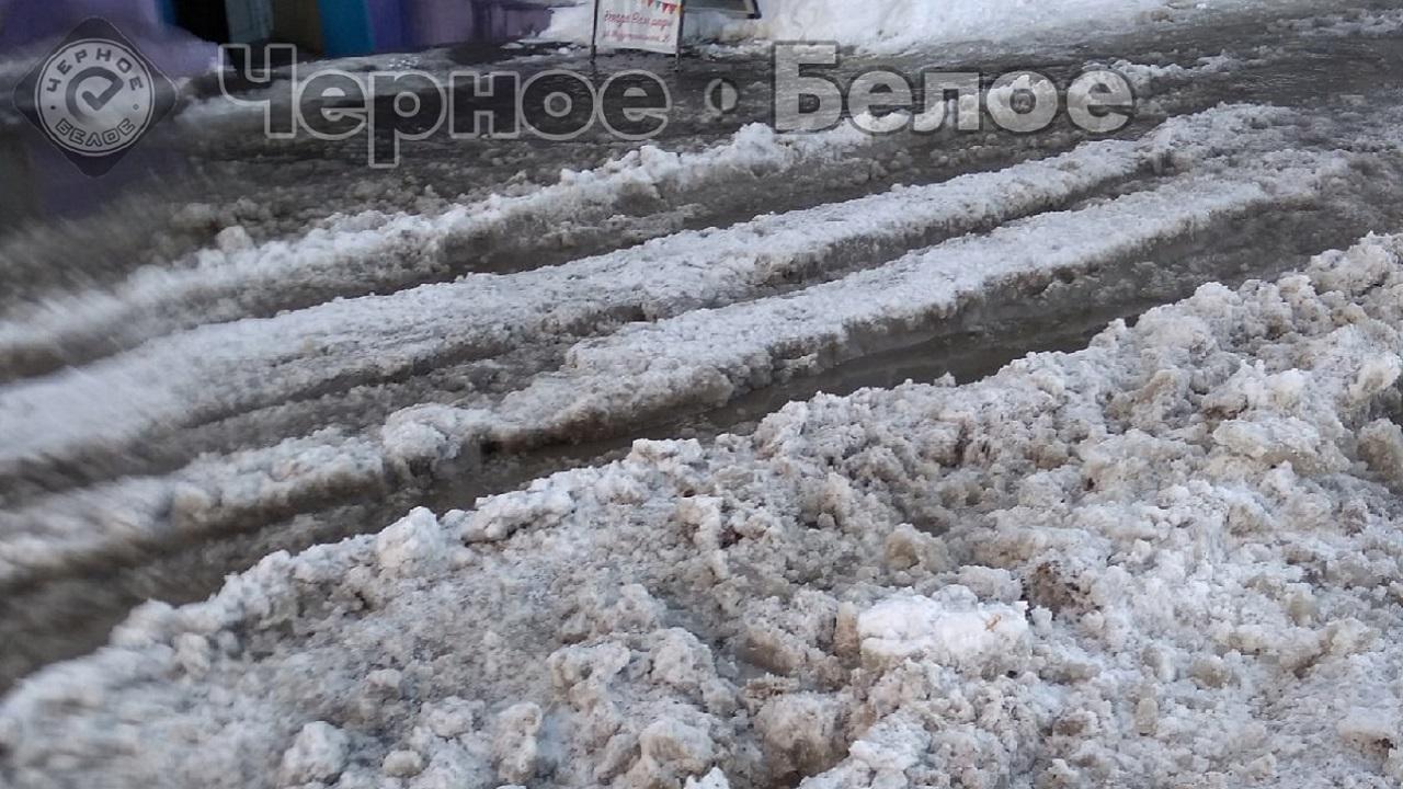 Огромная яма на дороге в Челябинской области стала ловушкой для автомобилистов