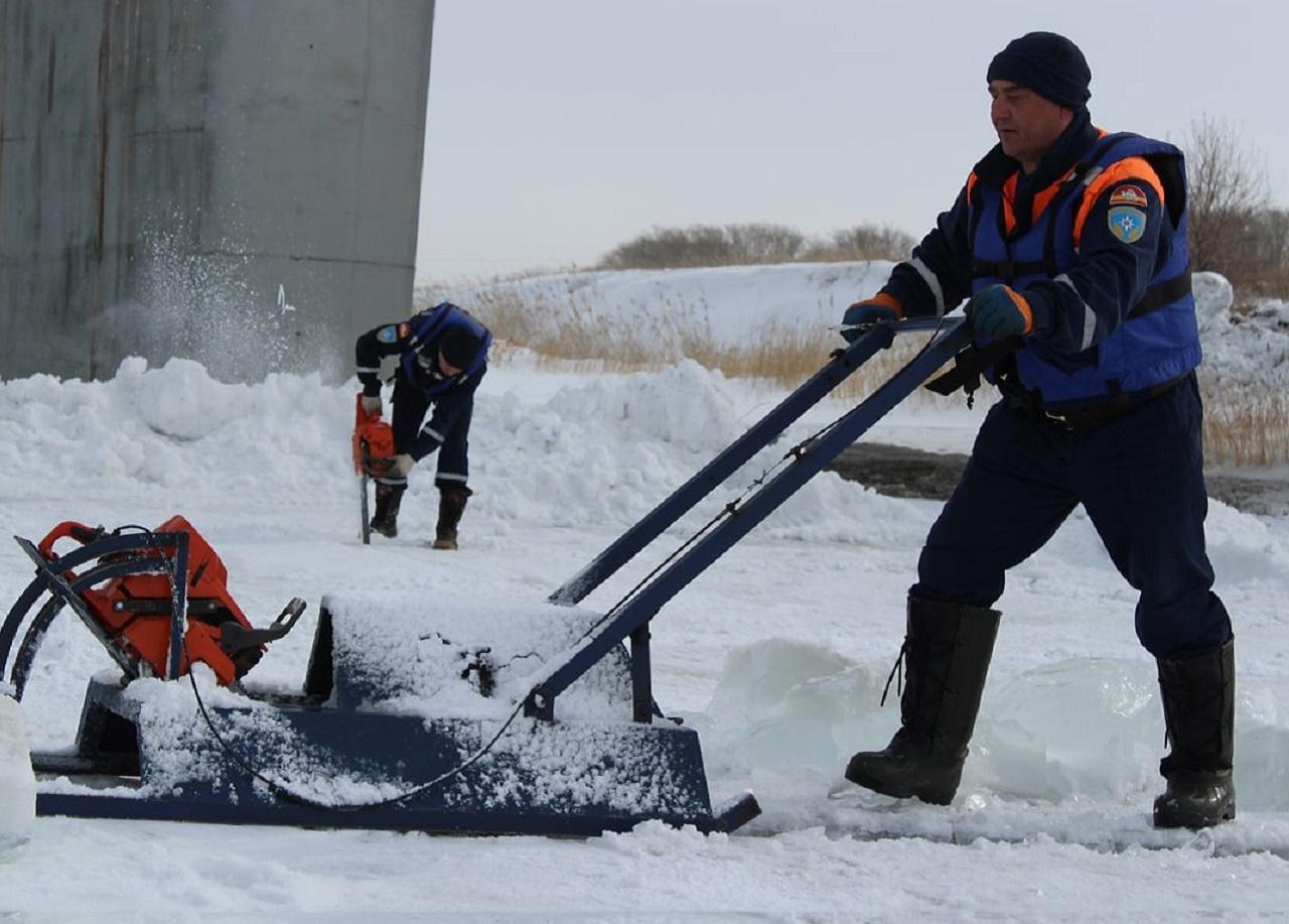 Ледовое побоище: на реках Челябинской области работают саперы-подрывники