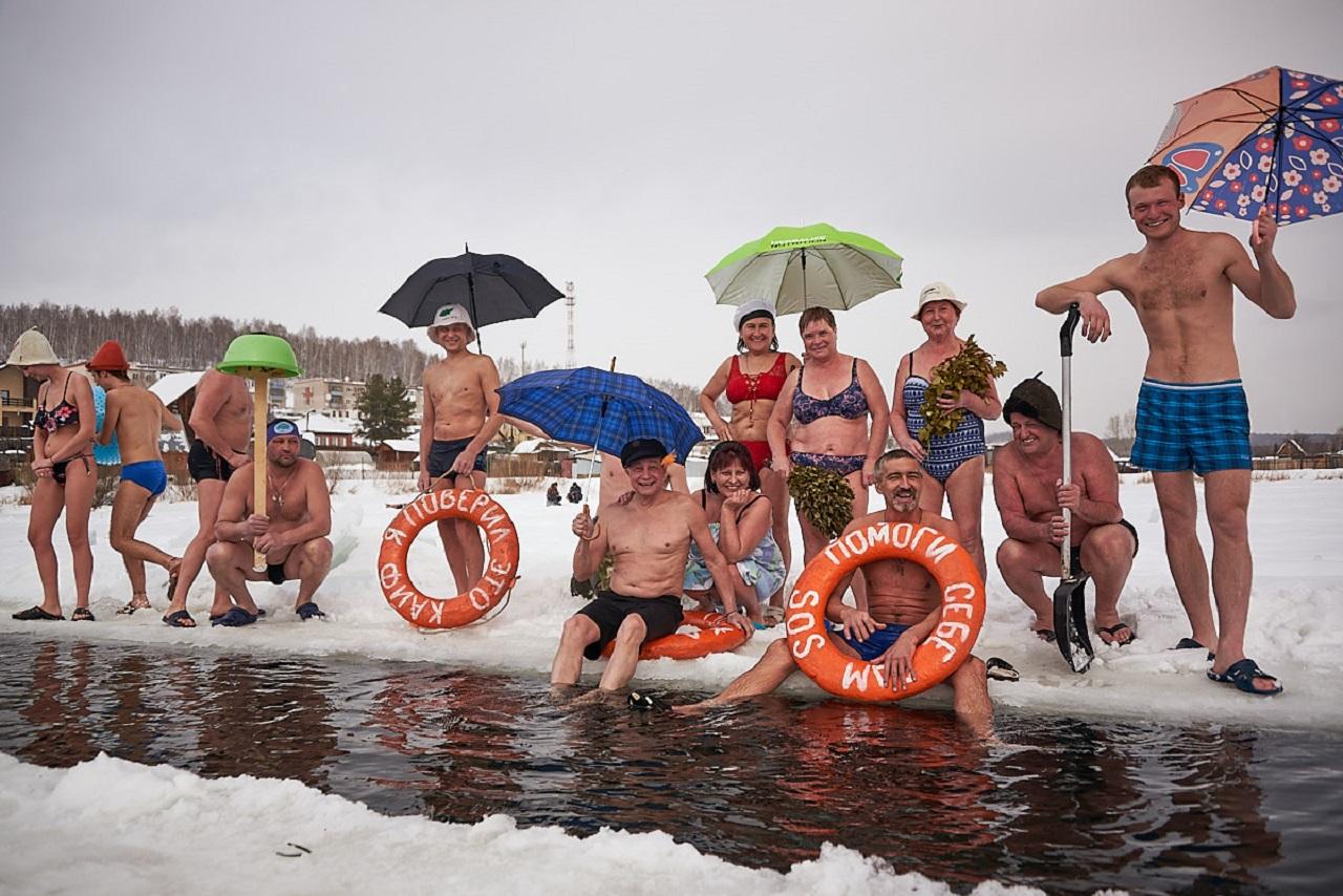 Зимний пляж: уральские моржи удивили необычным способом плавания в проруби