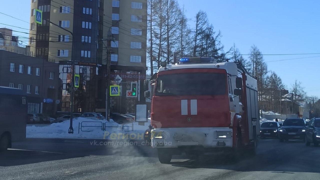 Едкий черный дым: в Челябинске вспыхнул автомобиль