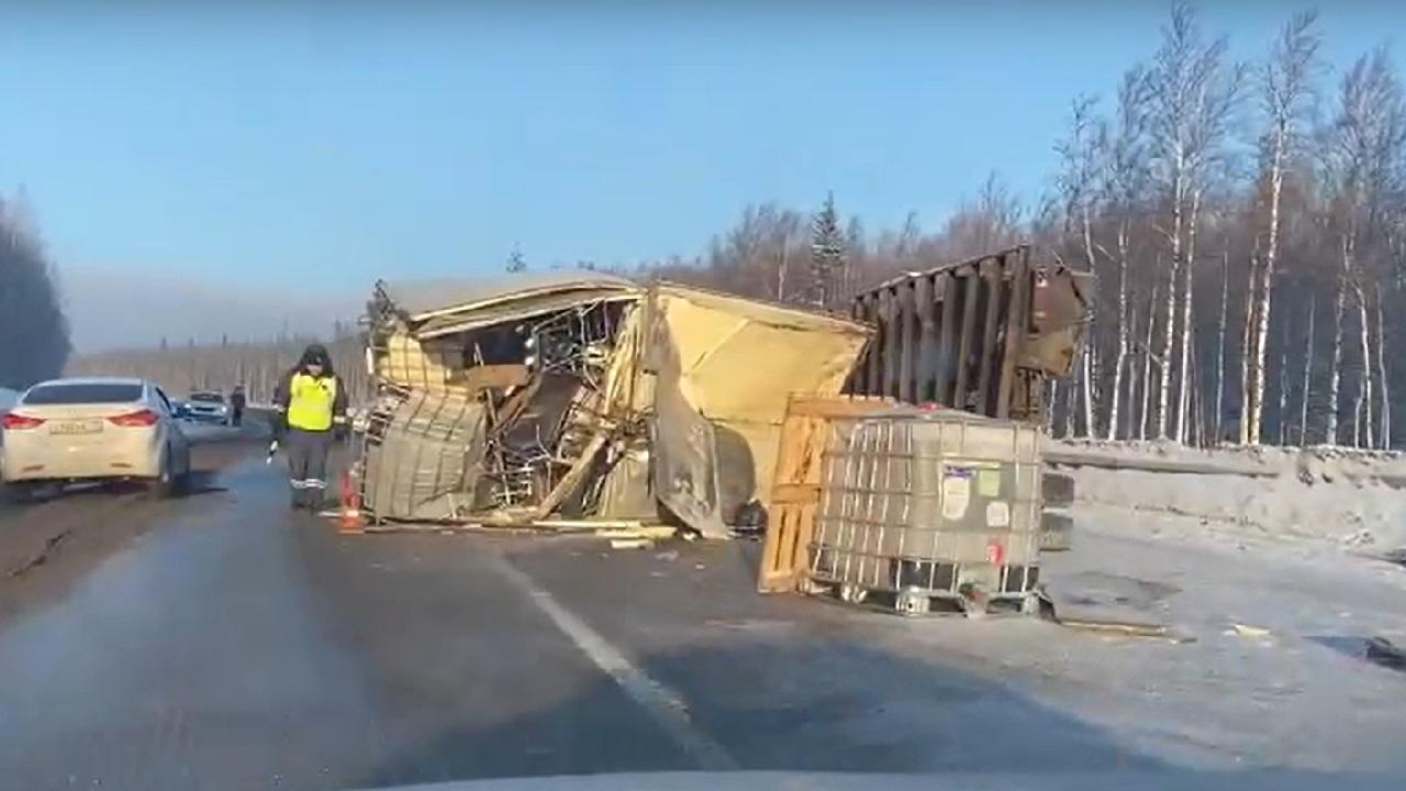 На трассе в Челябинской области перевернулись два грузовика