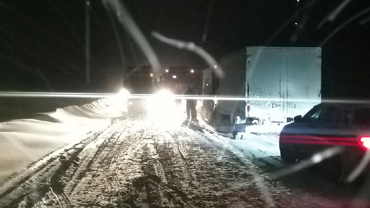 Сугробы по лобовое стекло: автомобилисты застряли на трассах в Челябинской области
