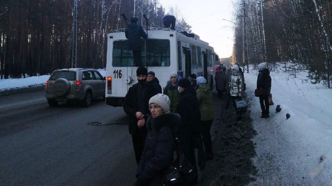 По пути на работу: житель Челябинской области спас пассажиров горящего троллейбуса