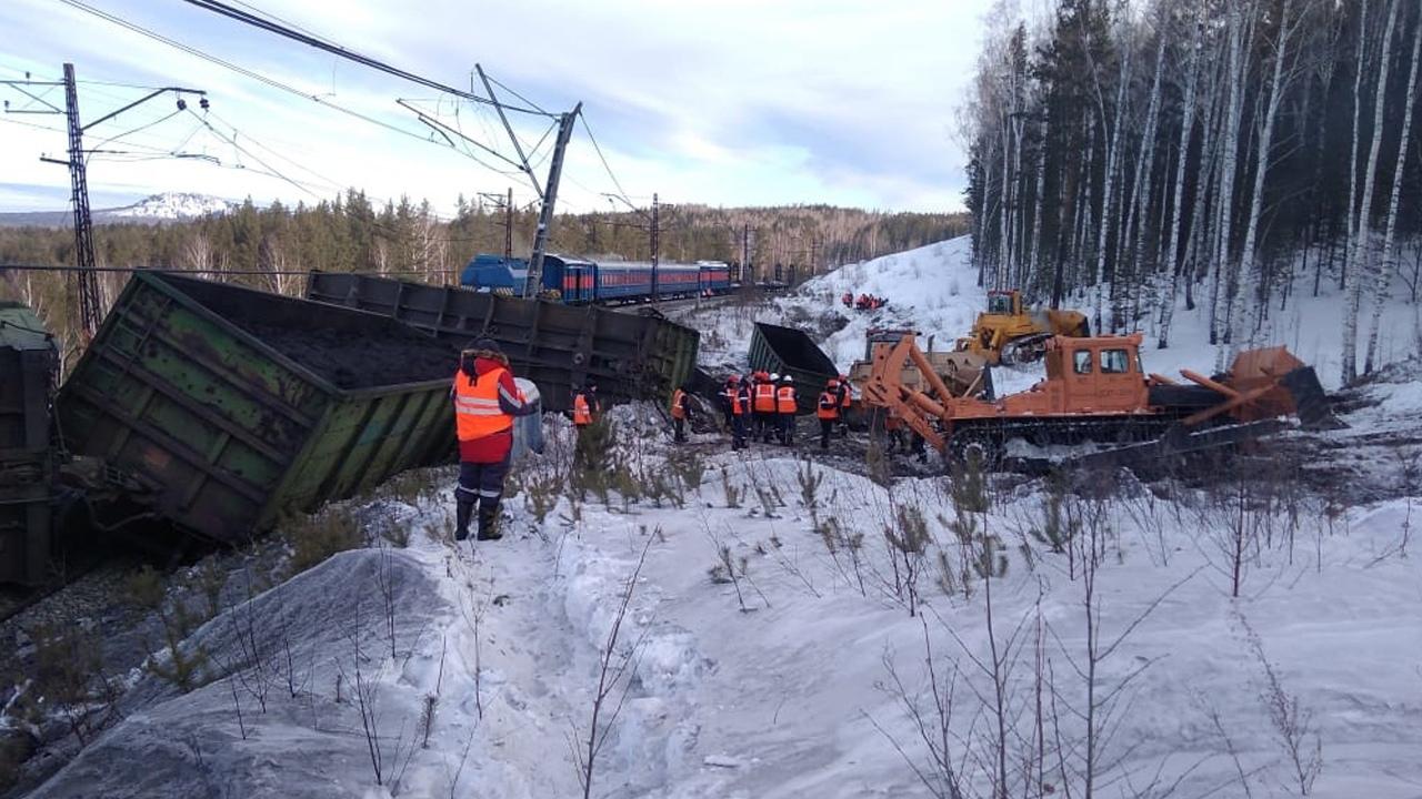 Кадры с места ЧП: эксперты озвучили версию схода вагонов поезда на Урале