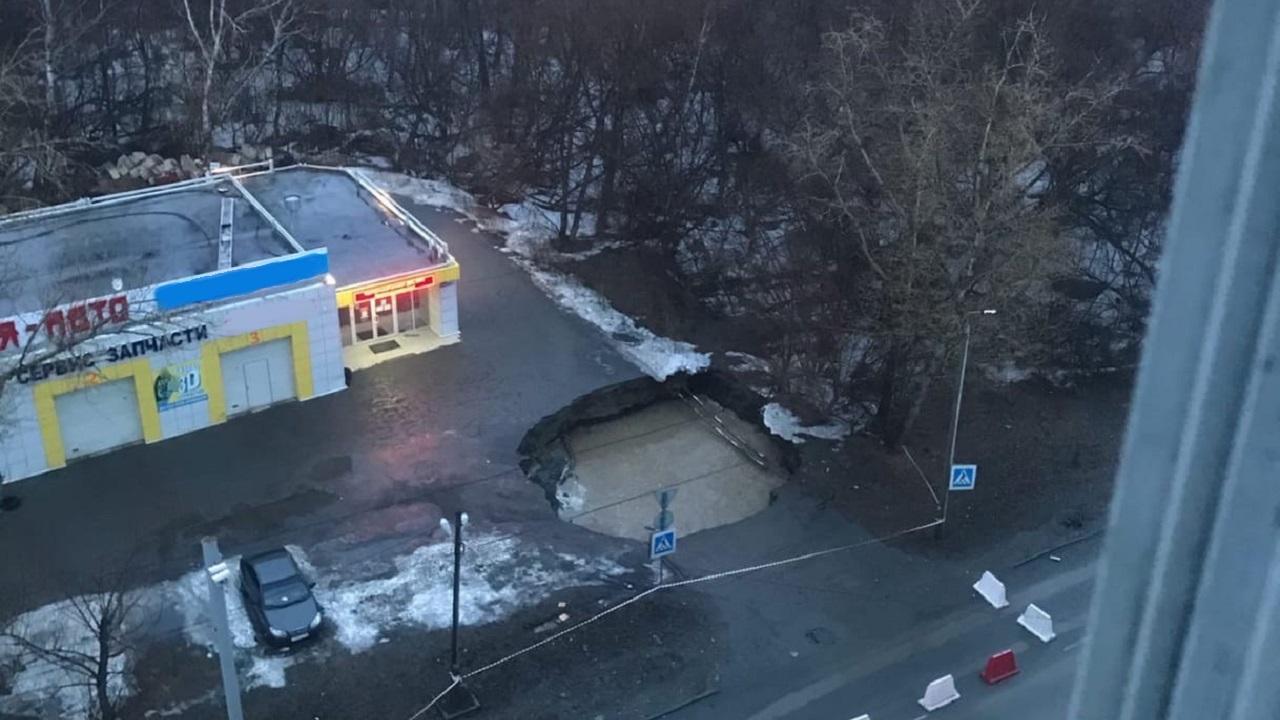 «Уходит под землю»: в Челябинске образовался 5-метровый провал на дороге