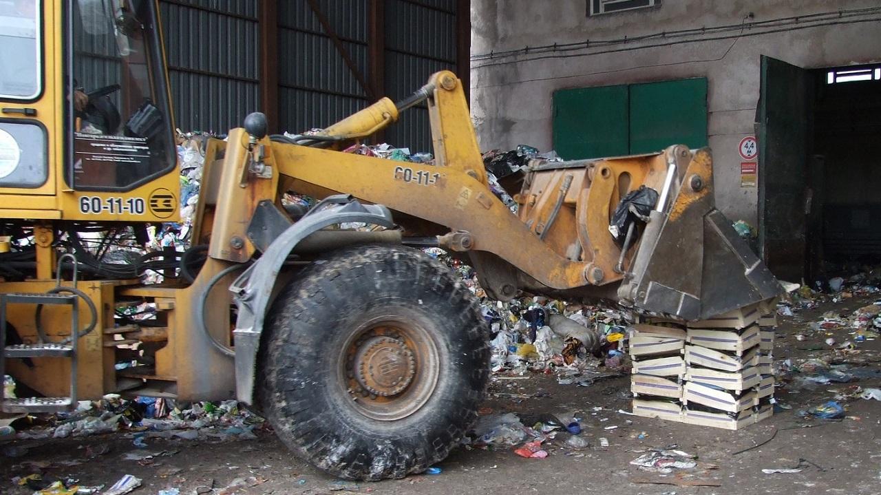 Уснула в отходах: на мусорном полигоне под Челябинском погрузчик раздавил женщину