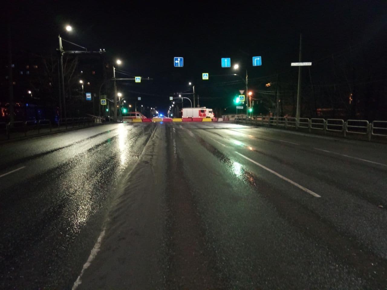 Размером с автомобиль: в Челябинске перекрыли дорогу из-за провала грунта