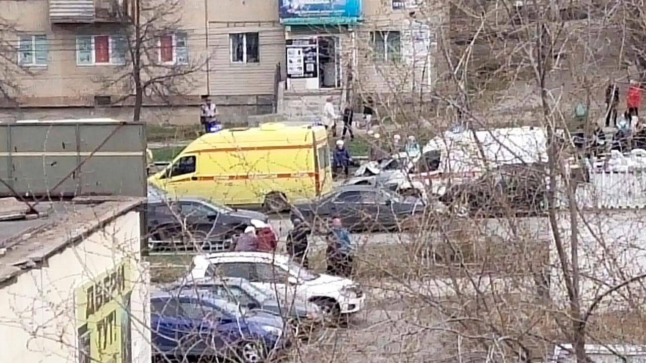 Девочка умерла, ее мать — в реанимации: на Южном Урале ВАЗ сбил семью на переходе