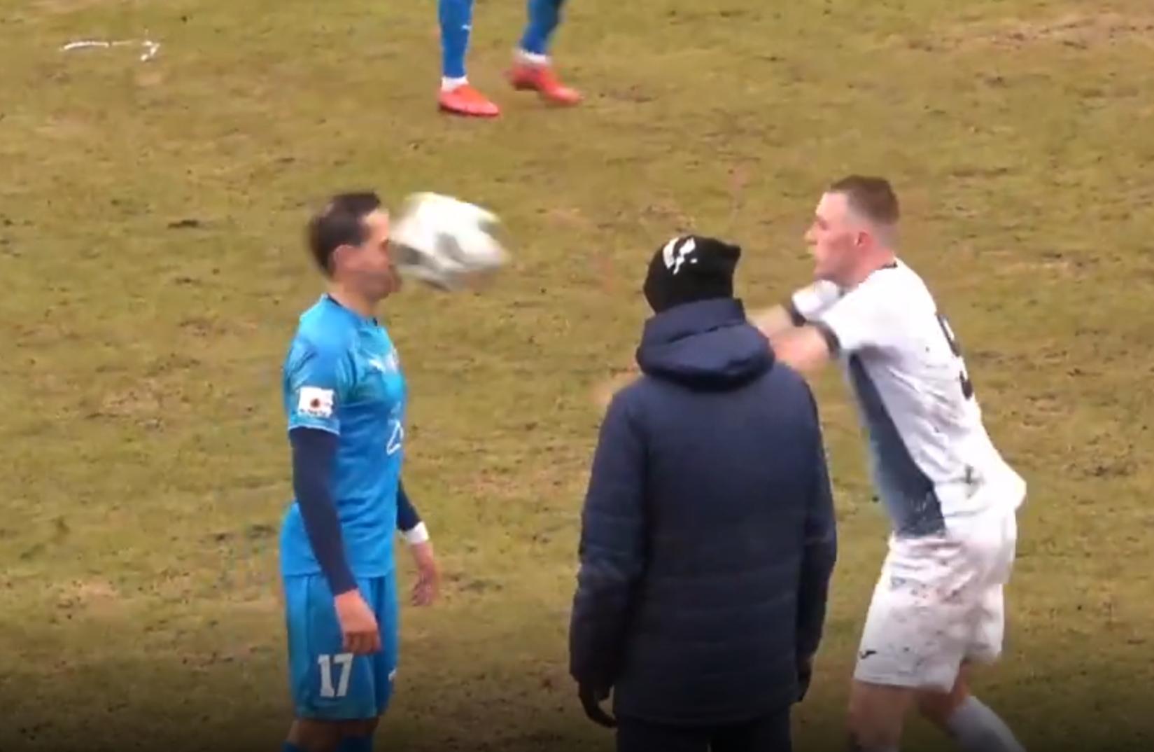 «Это Челябинск, детка». Футболист на эмоциях залепил сопернику в лоб мячом ВИДЕО