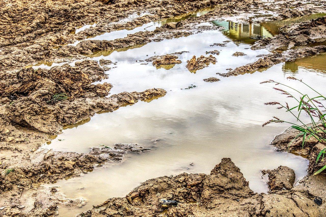 Дорогу смыло: поселок в Челябинской области тонет в грязи