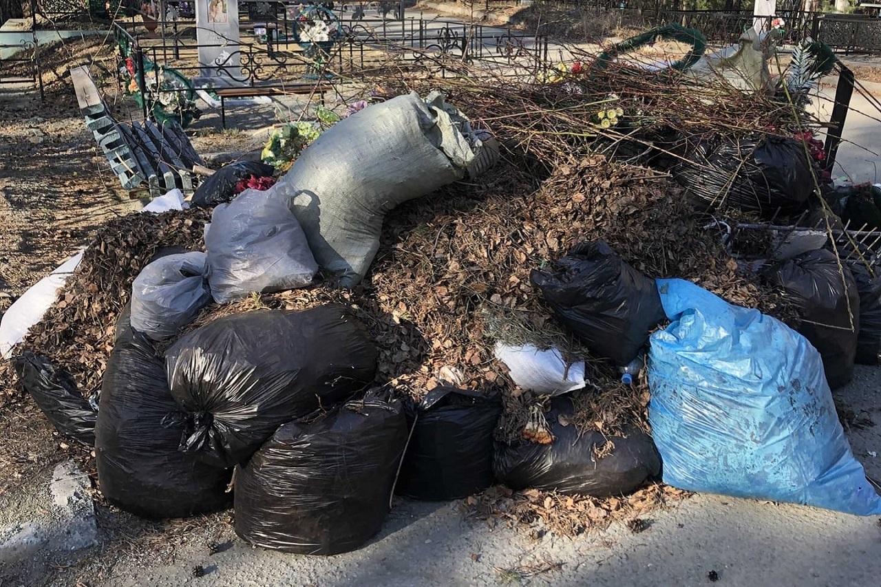 Горы мусора: на кладбище в Челябинской области устроили свалку