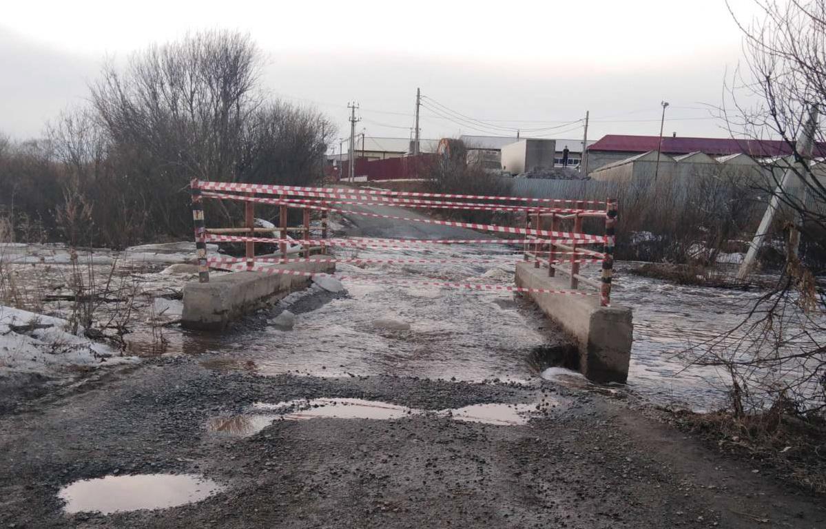В Челябинской области из-за паводка ушел под воду мост