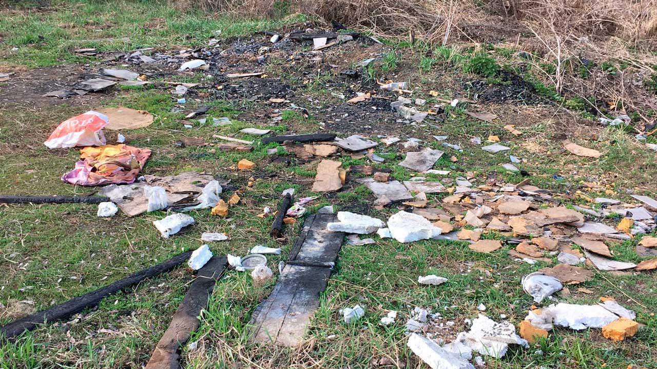 Превратили в свалку: берег реки Миасс в Челябинске утопает в мусоре