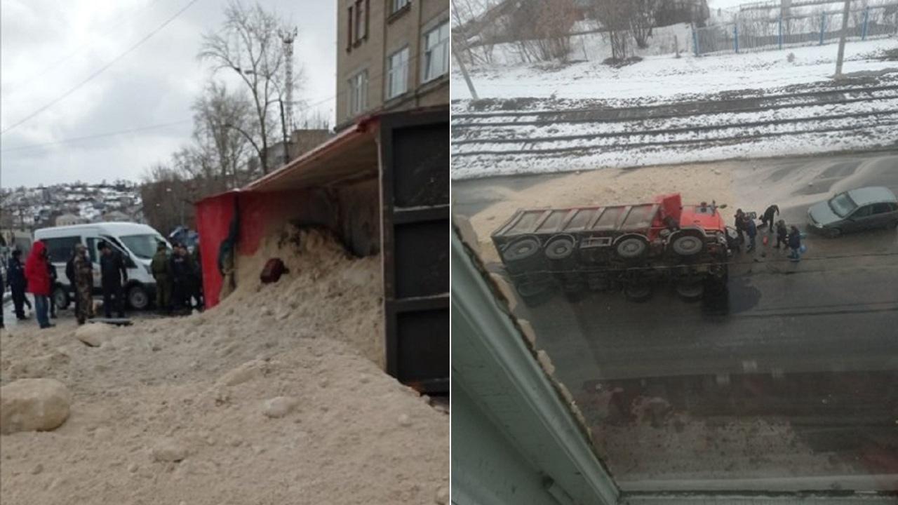Занесло на повороте: в Челябинской области на дорогу опрокинулся грузовик с песком