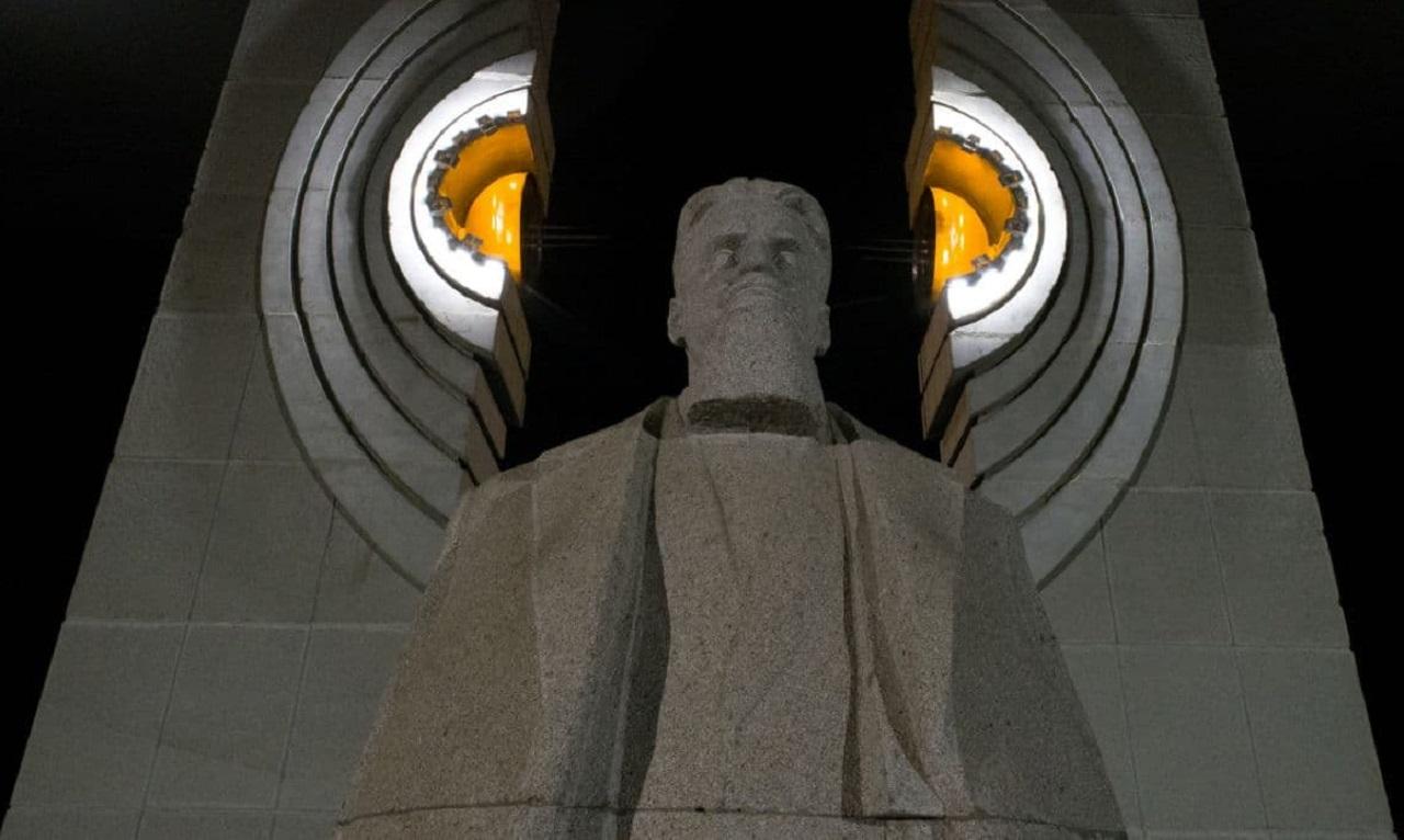Оранжевый атом: в Челябинске включили подсветку памятника Курчатову ВИДЕО