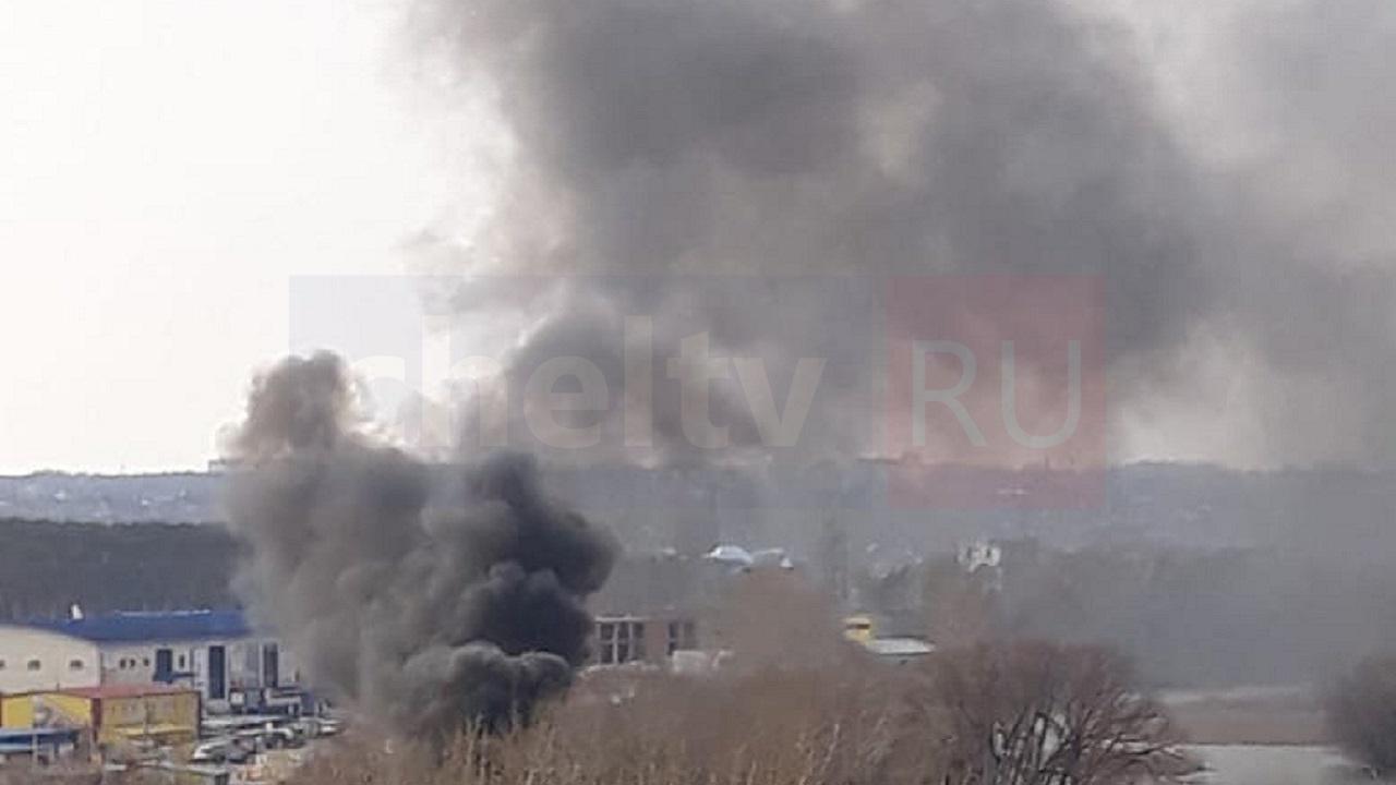 Сильные хлопки и густой дым: пожар в Челябинске напугал жителей