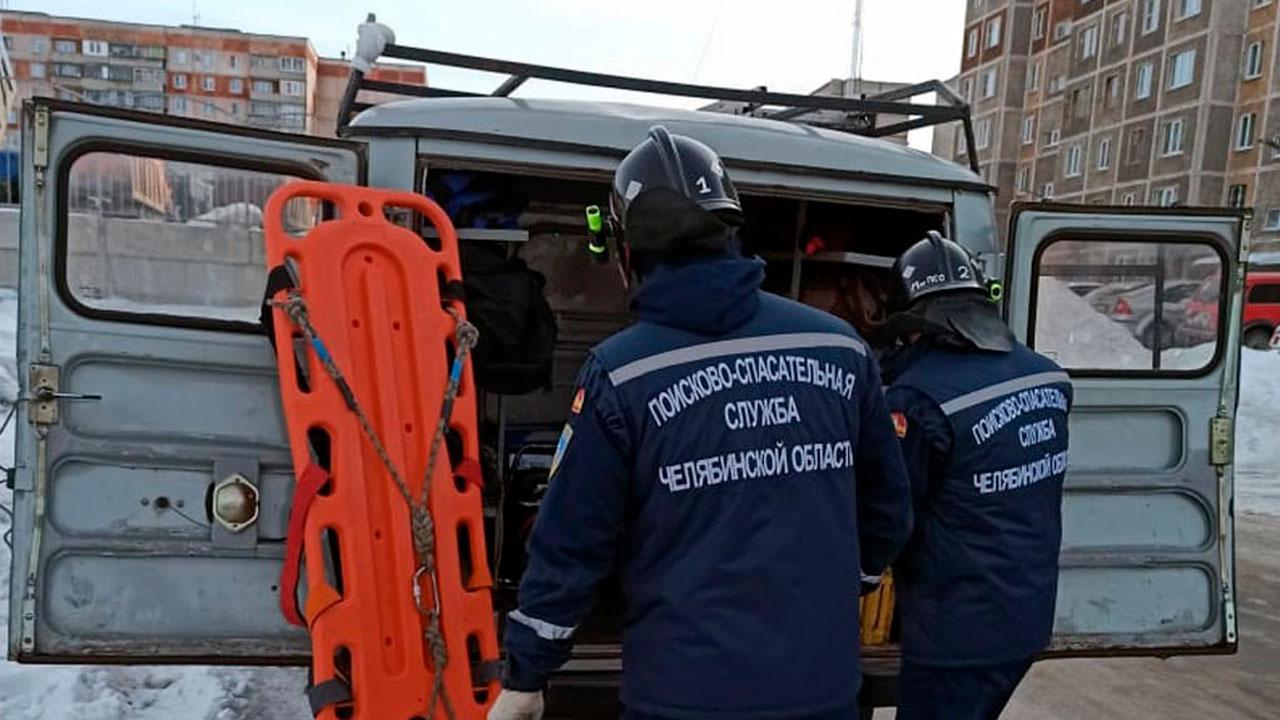 Спускали с 5-го этажа: на Урале спасатели донесли до скорой мужчину весом 200 кг