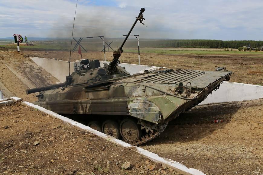 Танковый биатлон в Челябинской области: минное поле, трамплины и много грязи