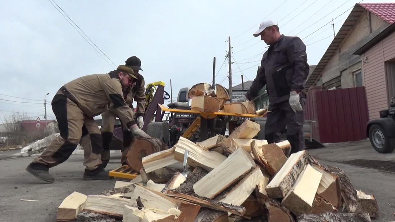 Режет как сыр: умельцы на Урале создали необычную машину для колки дров