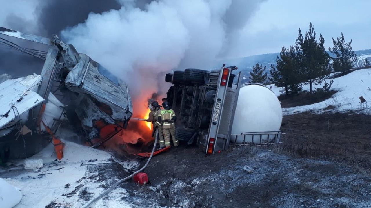 Вспыхнули две фуры: водитель погиб в страшном ДТП на Урале