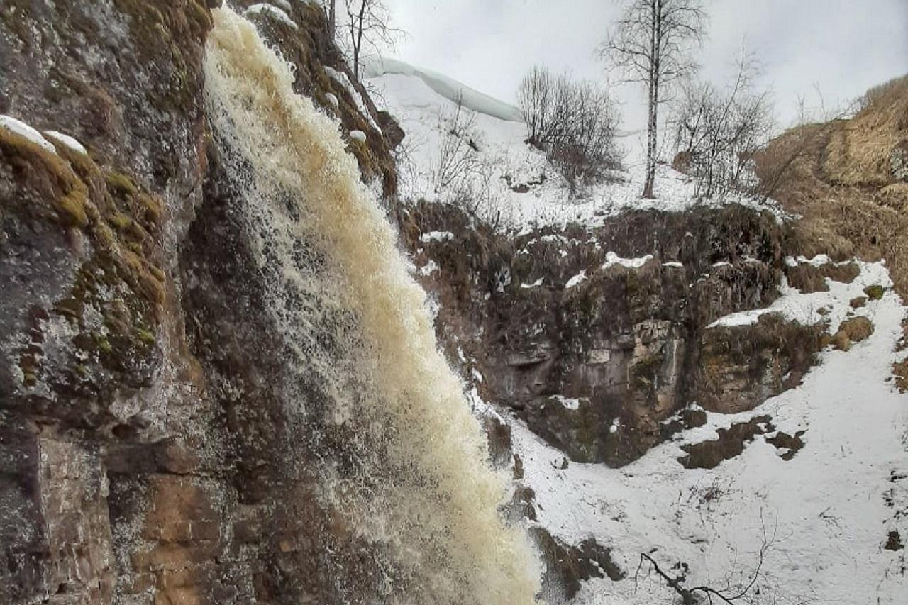 Захватывает дух: сухие водопады проснулись в горах Челябинской области