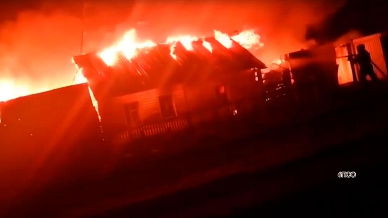 Гигантское пламя: в Челябинской области вспыхнул жилой дом ВИДЕО
