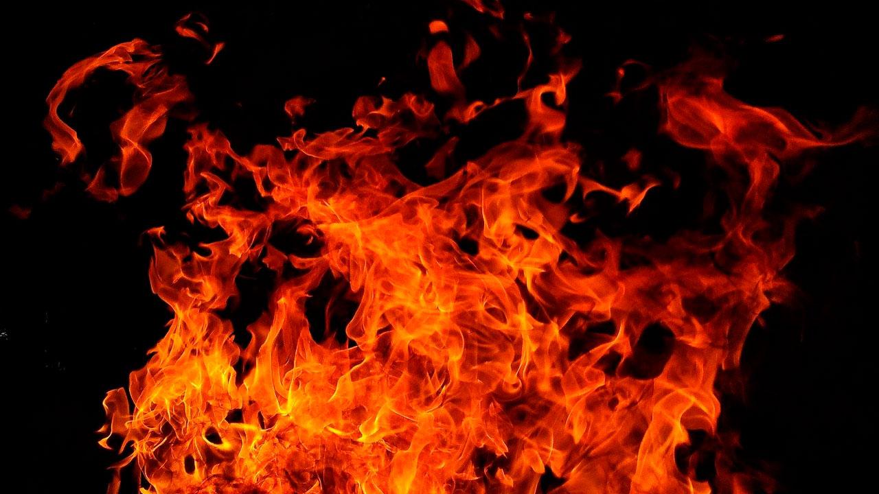Жилой дом на Южном Урале загорелся из-за детской шалости, есть пострадавшие